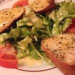 Antipasto di insalata e crostini con formaggio