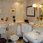 Das einladende Badezimmer der Safari-Suite