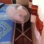 Solicitamos una habitación con aire acondicionado y esto fue lo que nos dieron.noten el espacio