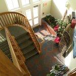 La entrada y la escalera al piso superior