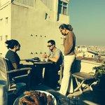 Frühstück auf der Dachterrasse ( Deniz kümmert sich um Gäste)