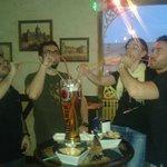 Amigos disfrutando de nuestra famosa jarra de tres litros
