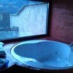Jacuzzi en la habitación Teleno con vistas a la montaña y a la terraza de la habitación