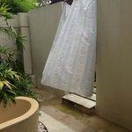 Séparation sale de bain/piscine villa 9