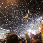 新年と同時にすごい量の紙吹雪が