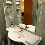 アメニティは歯ブラシ、石鹸、バスジェル、シャワーキャップ、バスタオル。トイレットペーパーは柔らかい方。