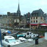 Honfleur harbour: Francia: chiesa e bistrot