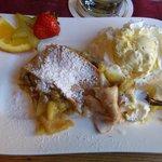 nachtisch: Apfelstrudel mit Vanilleeis (hätte besser sein können)