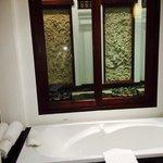 Badewanne mit Wasserfall