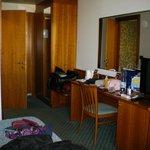 Particolare della camera, dalla finestra verso la porta