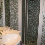Particolare della doccia nel bagno tutto a mosaico