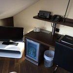 TV und Schreibtisch