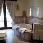 Grande salle de bains avec baignoire