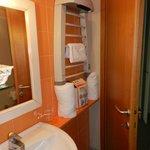 baño con toallero eléctrico