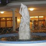Фонтанная скульптура девушки с дельфином у входа в отель