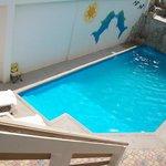 piscina con cascada y luces