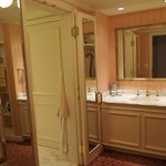King Premier Room bathroom
