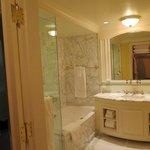 King Premier Room bathroom