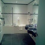 Salle de bain avec vasque et baignoire.
