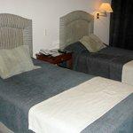 Camas de solteiro em um quarto de casal