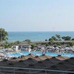 la plage se trouve de l autre coté de la route et piscine petite pour grand hotel