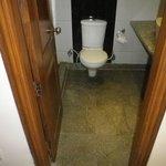 バスルーム。床の水を拭取った後。