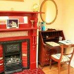 暖炉と事務机