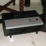 電気ヒーター。部屋全体を温める力はないが、それでもありがたかった。