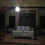 Wohnzimmer im Freien abends