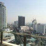 バンコクの街が部屋に付いたプールから見える。