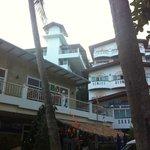 Вид снизу на отель. Слева ресторан, сзади пляж.