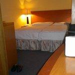 La mia camera (doppia) era molto grande, comoda e pulita, la luce è un poco bassina.