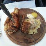 Stinco di maiale con costina, salsiccia, canederlo e crauti