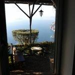 Vista+terrazzino. Sotto la finestra c'è la vasca