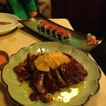 Pato a la naranja y Uramaki de Salmon picante