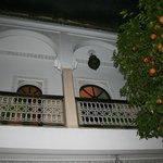 vu du patio sur le balcon des chambres