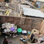 cour de cuisine pleine d'ordures et taudis environnemental