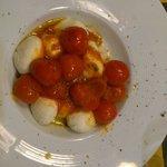 Gnudi di ricotta di bufala con pomodorini e olio al madarino