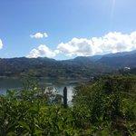 Vista de la represa el Guavio con Gachala al fondo