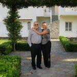 Nos adorables hôtes, Koula et son mari
