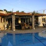 espace détente/repas au bord de la piscine