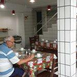 Área do café da manhã.  2 tipos de suco, 3 tipos de frutas,  presunto ( não é apresuntado), 2 ti