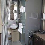offener Waschbereich mit Duschkabine