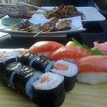 maki saumon, sushi saumon, brochettes, nouilles au poulets