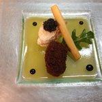 Œuf de caille mollet frit au pain d'épices gelée de mangue king crabe et caviar