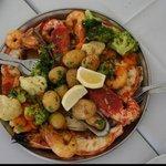 Camarões, lagostinha, peixe e legumes grelhados em um molho.... Hum... Inesquecível!!!!