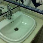 il bagno con i rubinetti al contrario (girano in senso inverso)