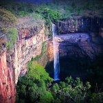 A belíssima Cachoeira Véu da Noiva iluminada pelo sol da tarde.