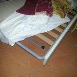 Il terzo letto della tripla superior : una brandina pieghevole con doga mancante e materassino i