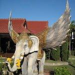 слоник перед входом